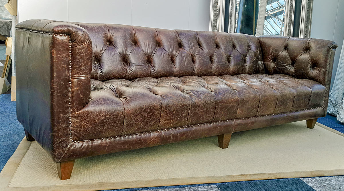 Typical English Parliament Chesterfield vintage crackle leather