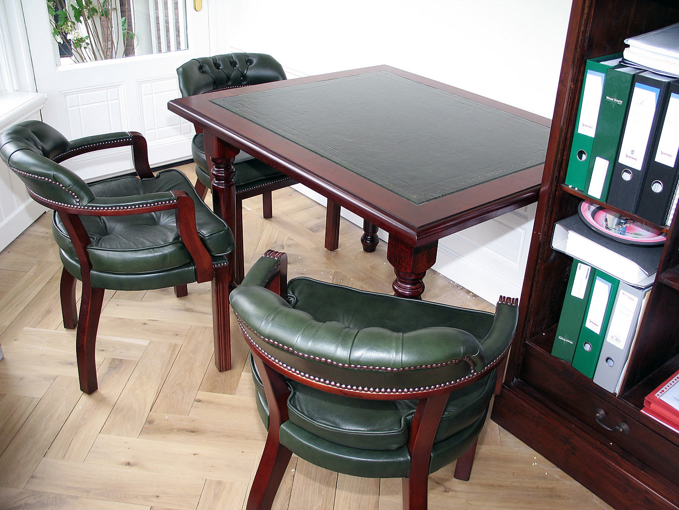 Court chairs padded seat & op maat vegader tafel