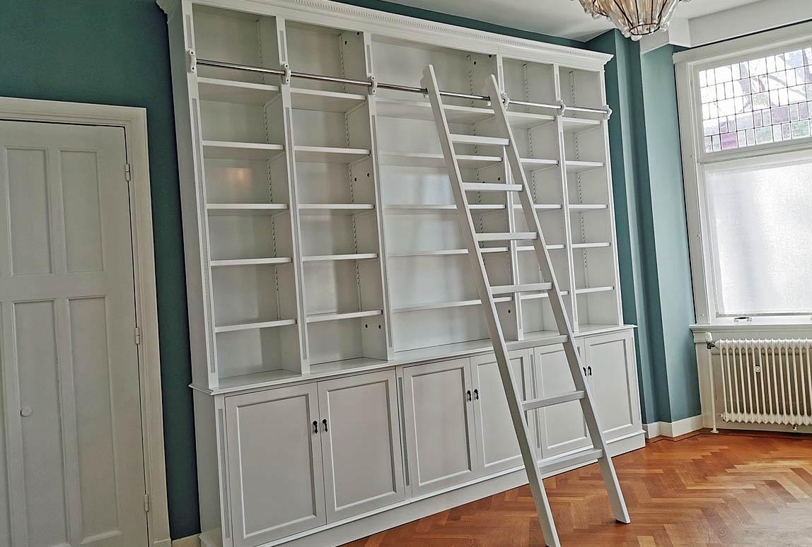 klassieke boekenkast met trap op maat wit