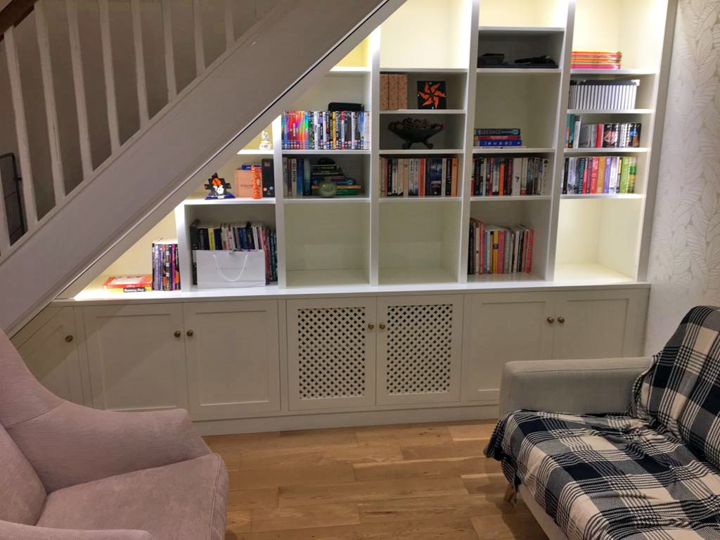 landelijke boekenkast onder trap