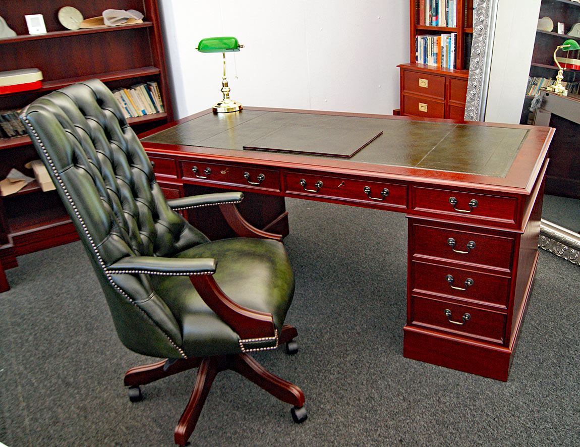 90 x 190 cm Schreibtisch, Schreibtischstuhl, Laptop-Matte, Bankerlampe