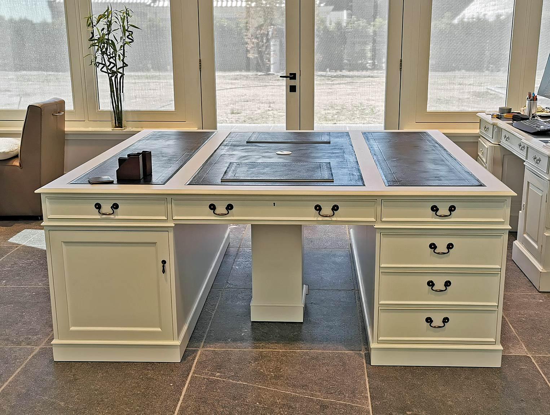 Großer weißer englischer Schreibtisch