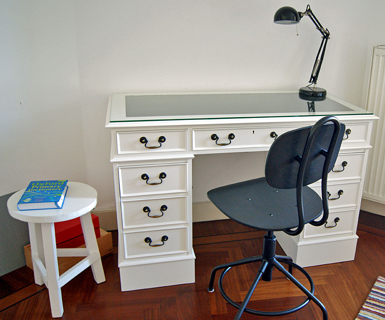 RAL 9010 bureau with glass top